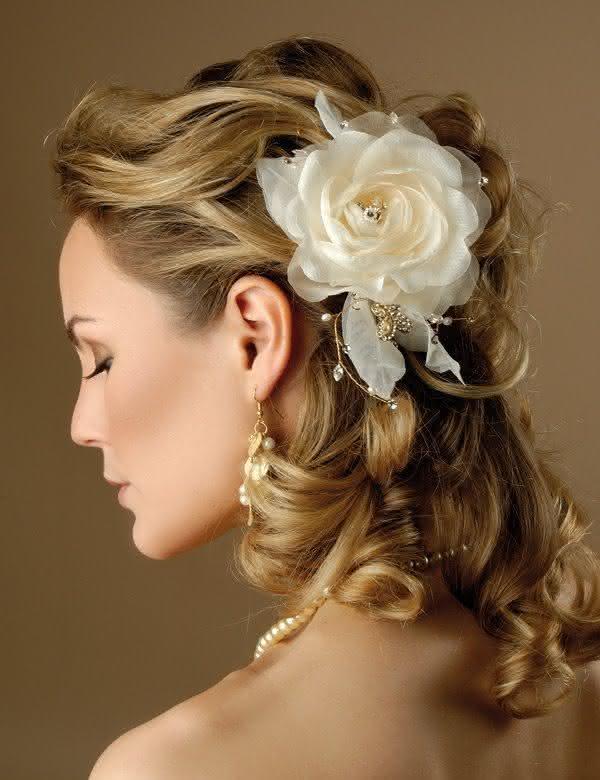 penteado-para-nubentes-flor-no-cabelo