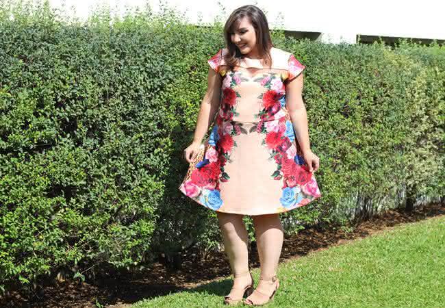 gorda-de-vestido-plus-size-estampado-flores-e-onca