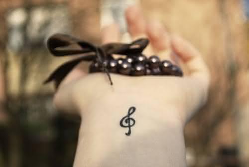 tatuagem-feminina-delicada-no-pulso-1