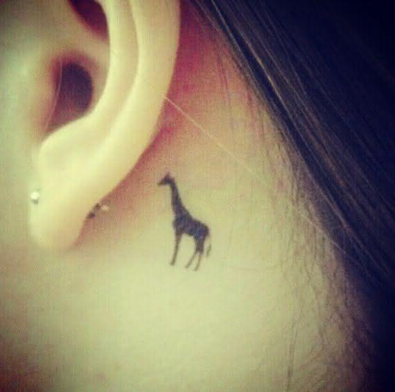 tatuagem-pequena-girafa-nuca