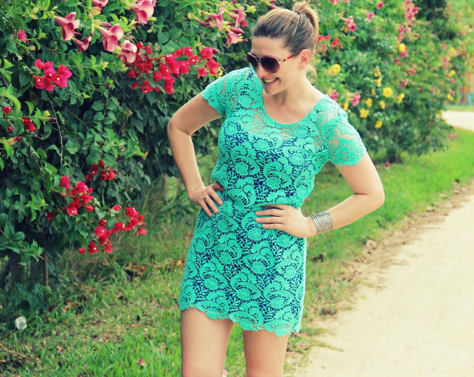 vestido-de-renda+oculos-coloridos-4