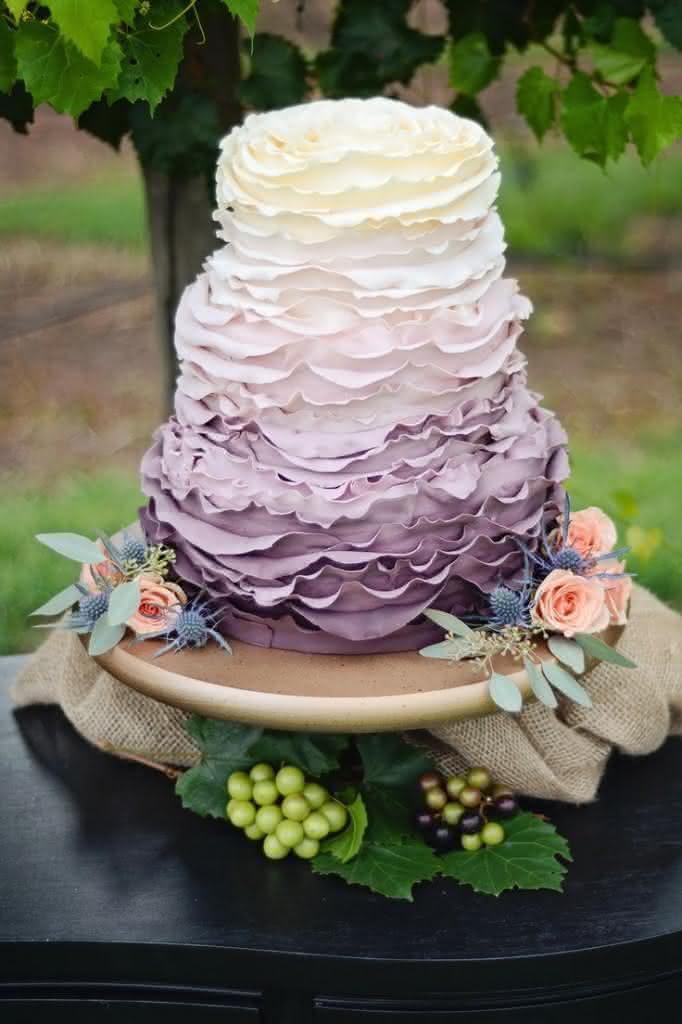 bolo-com-babados-ruffled-cake-um-ombré-contrastante-e-cheio-de-personalidade-682x1024