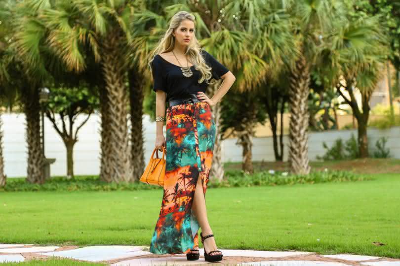 Marina-Casemiro-look-do-dia-saia-longa-com-fenda-camiseta-preta-máxi-colar-cinto-largo-bolsa-laranja-plataforma-amarena-ribeirão-preto-1