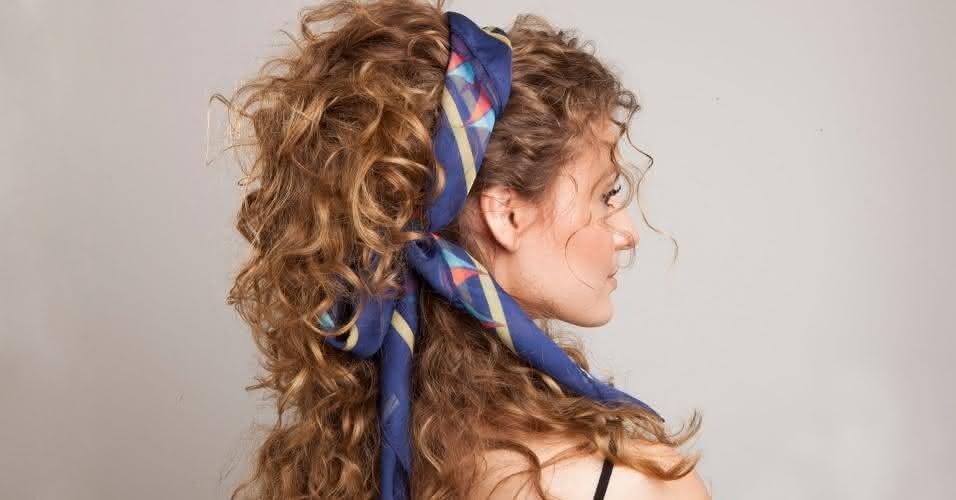 penteados-com-acessorios-cabelo-cacheado-com-volume-semipreso-1381787363016_956x500