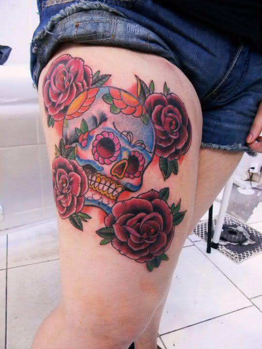 tatuagens-feminina-caveira-e-rosas-na-coxa-grande