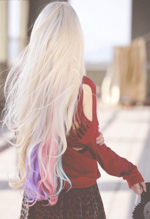 cabelo-platinado-com-pontas-coloridas
