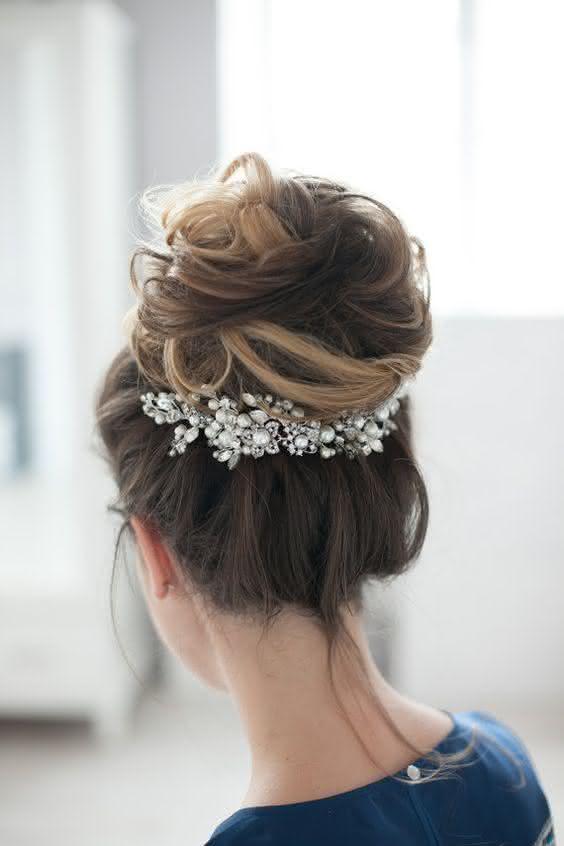 penteado-com-coque-fácil-para-casamento