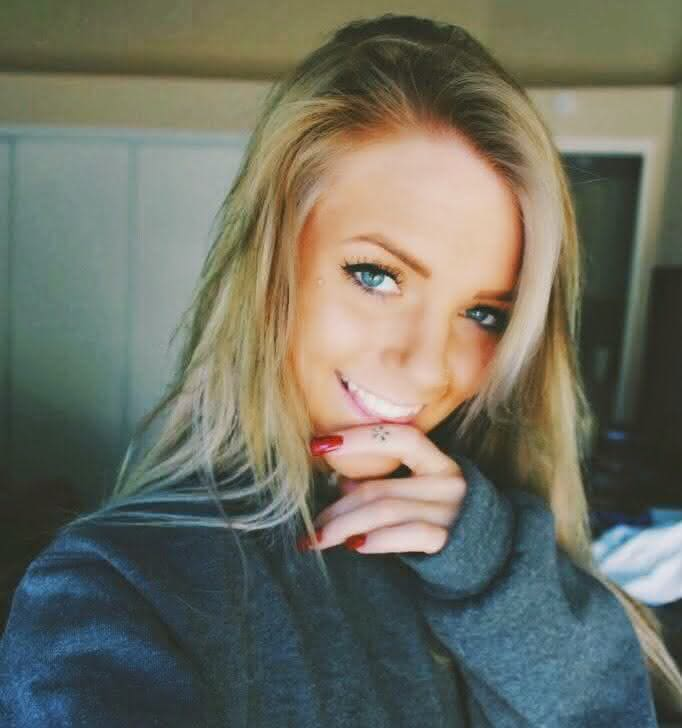 garota-tumblr-guria-menina-linda-loira-olhos-azuis-selfie-iluminação-sorriso-espontaneo
