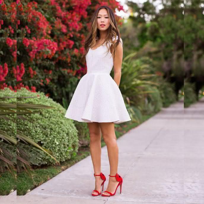 Vestido de noivado branco com decote