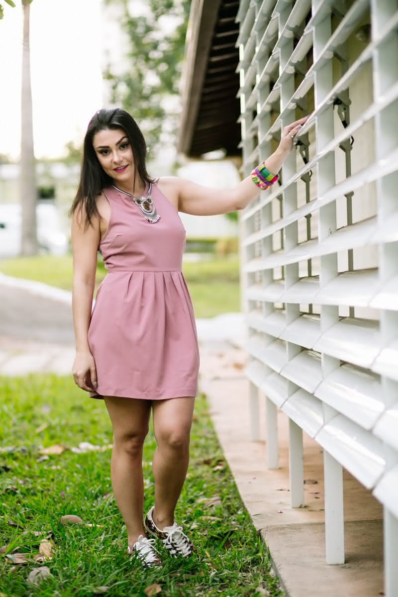 look-do-dia-vestido-rosa-com-te%cc%82nis-farm-e-adidas-frente
