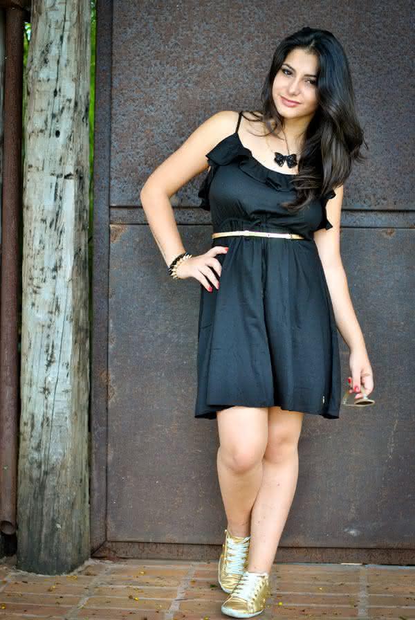 look-vestido-preto-boundless-tenis-dourado-26
