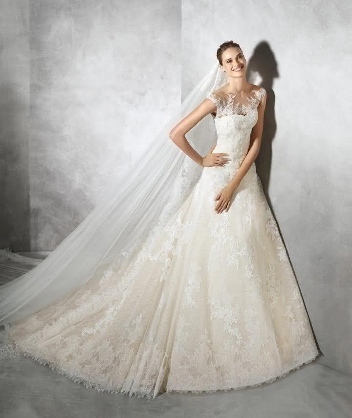 12-vestido-de-noiva-tamia-em-renda-bege-e-decote-com-borado-em-ilusao-de-pronovias-2016