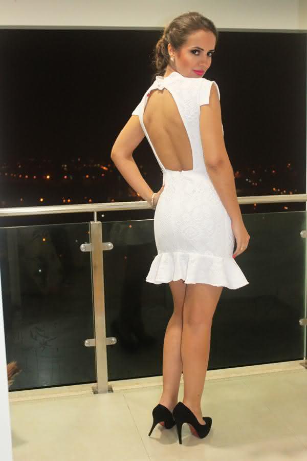look-vestido-branco-com-renda-curto-aberto-costas