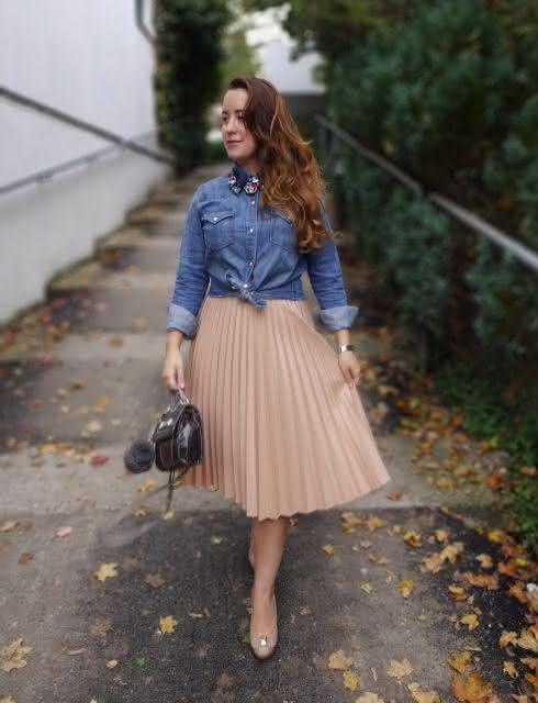 saia-plisada-com-blusa-jeans