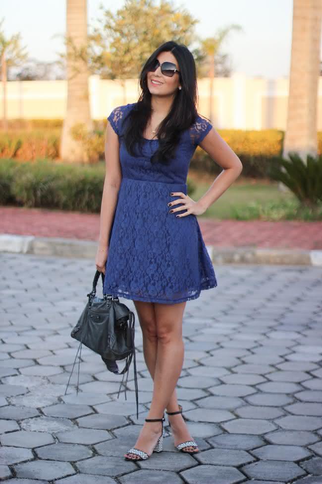look-vestido-renda-azul-marisa-trech-coat-sandalia-fashion-zara-balenciaga-bolsa-moda-estilo-borboletas-na-carteira-4