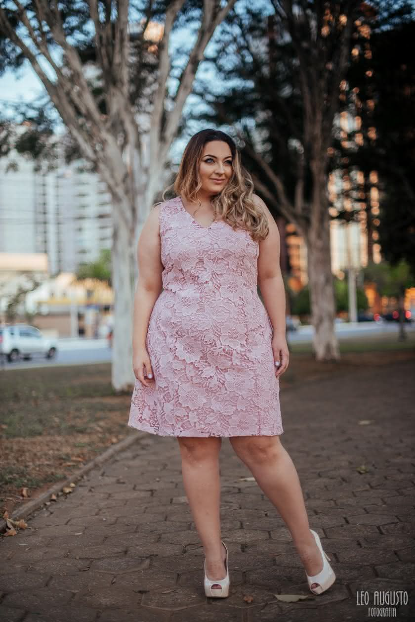 vestido-de-renda-melinos-plus-size-rosa-quartz-2