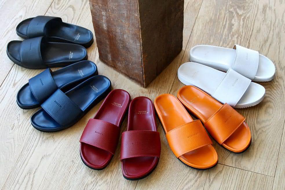 0ae4adfdb Um desses modelos de sandálias que estão em alta são os sapatos femininos  2018 sandálias slides. São diversas cores, inclusive alguns modelos com  pelúcia, ...