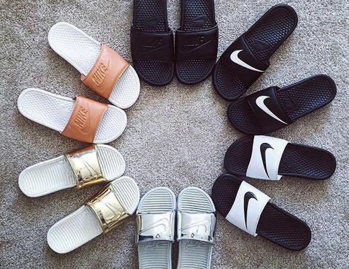 8734ef222b Um desses modelos de sandálias que estão em alta são os sapatos femininos  2018 sandálias slides. São diversas cores, inclusive alguns modelos com  pelúcia, ...